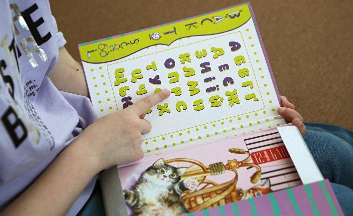 Девочка занимается украинским языком у себя дома в Киеве