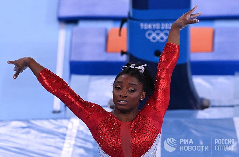 Симона Байлз (США) выполняет опорный прыжок в командном многоборье среди женщин на соревнованиях по спортивной гимнастике на XXXII летних Олимпийских играх в Токио