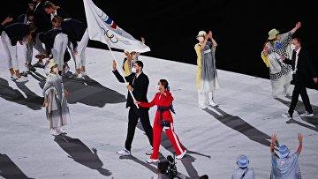Знаменосцы команды Олимпийского комитета России (ОКР) Софья Великая и Максим Михайлов на параде атлетов на церемонии открытия XXXII летних Олимпийских игр в Токио