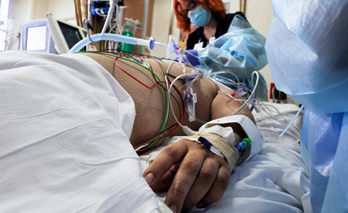 Пациент с covid-19 в тяжелом состоянии в больнице, Калифорния, США