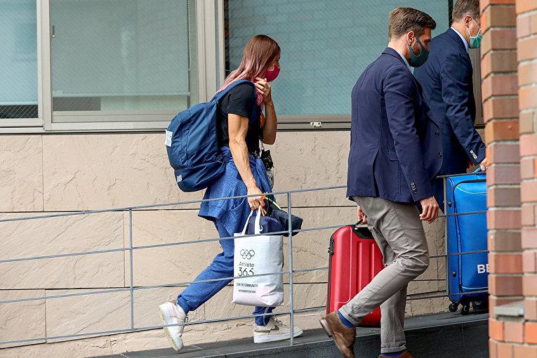 Белорусский легкоатлет Кристина Тимановская входит в посольство Польши в Токио