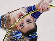Олимпиада-2020. Дина Аверина выполняет упражнения с обручем на соревнованиях по художественной гимнастике на Олимпийских играх в Токио
