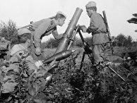Минометный расчет упрощенного полкового 120-мм миномета