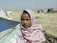Афганская девушка, покинувшая свой дом из-за боевых действий, в лагере на окраине Мазари-Шарифа, Афганистан