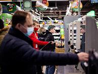 Покупатели оплачивают покупки в автоматах самообслуживания в магазине в Москве