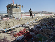 "Боец ""Талибана""* на месте взрыва в аэропорту Кабула"