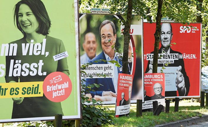 Плакаты кандидатов на пост канцлера Анналены Бербок, Армина Лашета и Олафа Шольца в Гамбурге, Германия