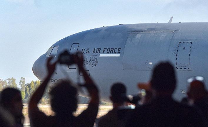 Представители СМИ фотографируют самолет ВВС США в аэропорту Кабула