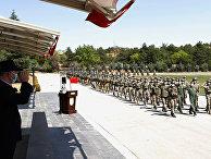 Министр обороны Турции Хулуси Акар приветствует турецких военнослужащих