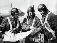 Летчики перед вылетом на бомбежку