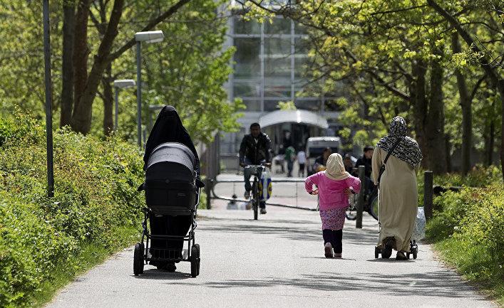Мусульманские женщины гуляют в парке в Орхусе, Дания.