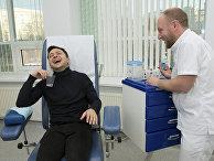 Кандидат в президенты Украины Владимир Зеленский в пунтке сдачи крови в клинике в Киеве